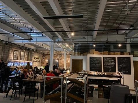 Herschel Summit verwarmt een wijnbar