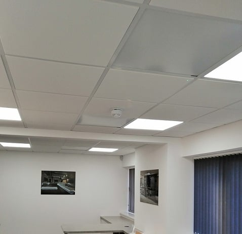 Herschel witte panelen plafondmontage in kantoorruimte
